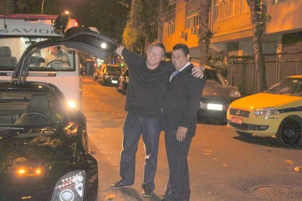 Boninho posa com manobrista após jantam em restaurante na Zona Sul do Rio (Foto: Fausto Candelária/ Ag. News)