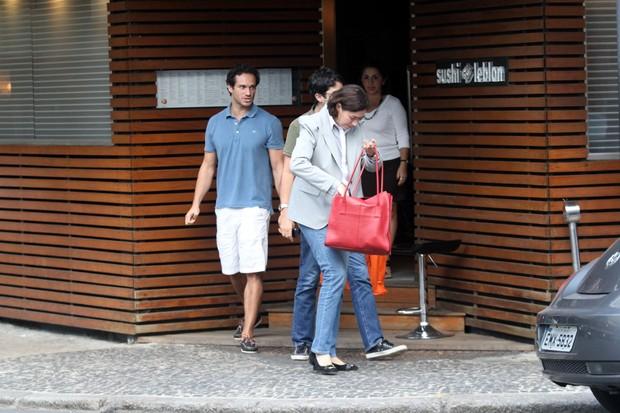 Lília Cabral e Paulo Rocha saindo de restaurante no Leblon (Foto: Wallace Barbosa / AgNews)