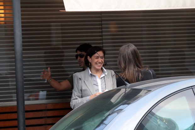 Lília Cabral saindo de restaurante no Leblon (Foto: Wallace Barbosa / AgNews)