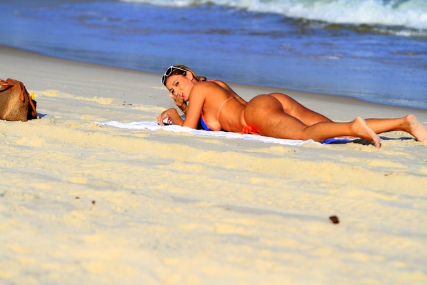 Andressa Urach na praia (Foto: Leotty Junior / AgNews)