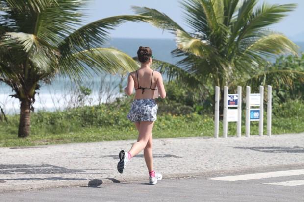 Bruna Linzmeyer corre na orla da praia da Barra da Tijuca (Foto: AgNews/Dilson SIlva)