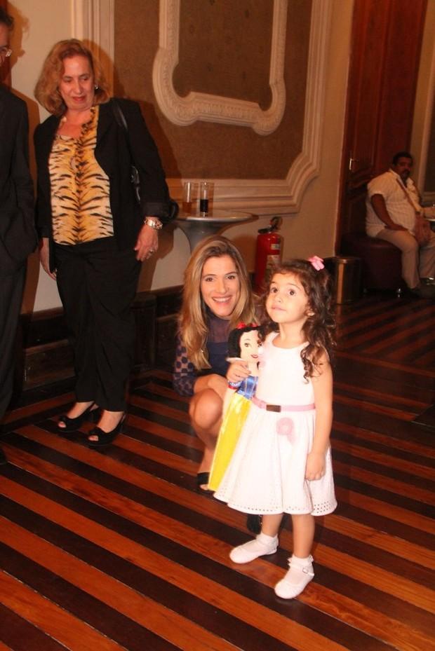 Ingrid Guimarães com a filha em exposição no Rio (Foto: Onofre Veras / AgNews)
