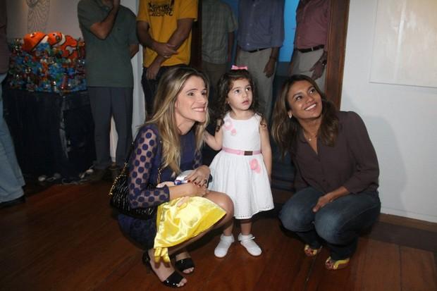 Ingrid Guimarães com a filha e Dira Paes em exposição no Rio (Foto: Onofre Veras / AgNews)