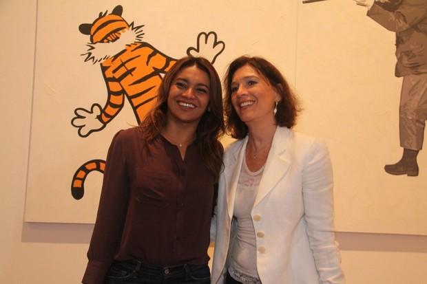Dira Paes e Natália do Vale em exposição no Rio (Foto: Onofre Veras / AgNews)
