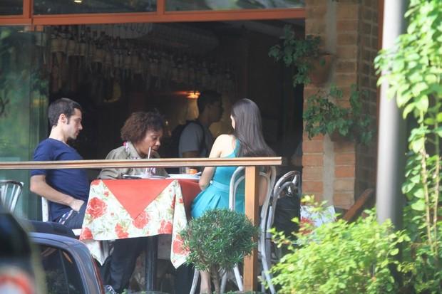 Isabelle Drummond e Jayme Matarazzo almoçam juntos no Rio (Foto: Delson Silva / Ag News)