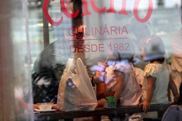 Giovanna Antonelli almoça com as filhas no Rio (Foto: AgNews/Wallace Barbosa)