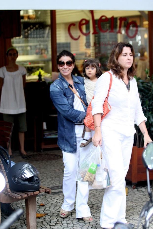 Giovanna Antonelli almoça com as filhas no Leblon (Foto: Wallace Barbosa / AgNews)