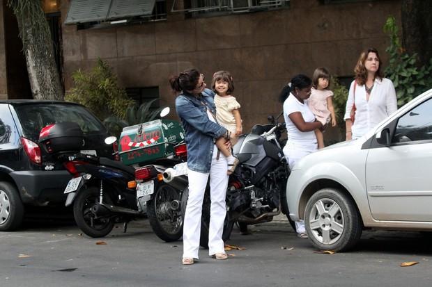 Giovanna Antonelli almoça com as filhas no Rio (Foto: Wallace Barbosa/AgNews)