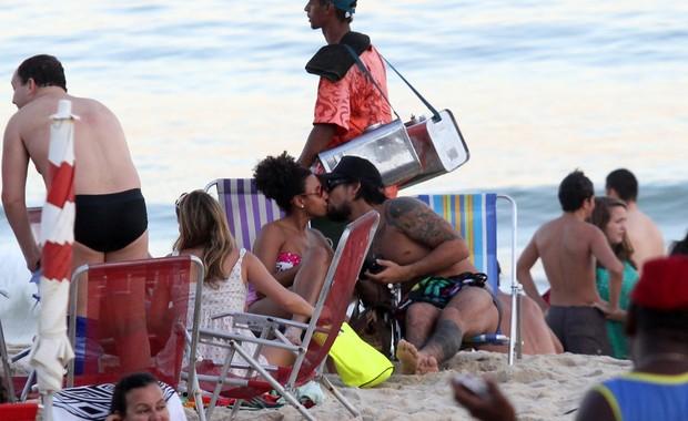 Sheron Menezzes e o namorado na praia (Foto: Wallace Barbosa/ Ag. News)