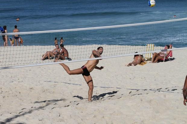 Victor Pecoraro jogando futevolei (Foto: Dilson Silva/ Ag. News)