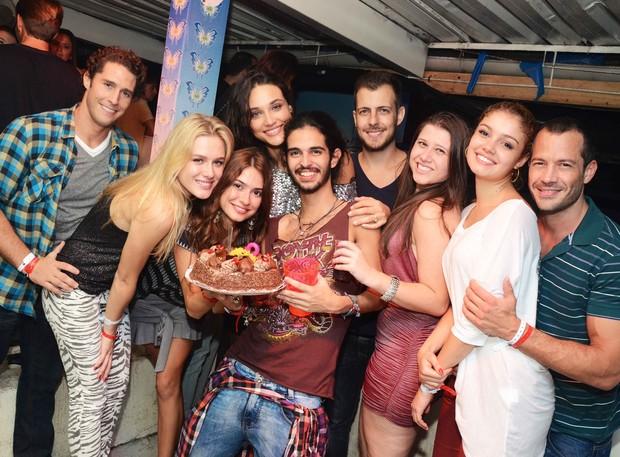 Os casais Fiorella e Flavio Canto, Sophie e Malvino com amigos (Foto: Ari Kaye / Divulgação)