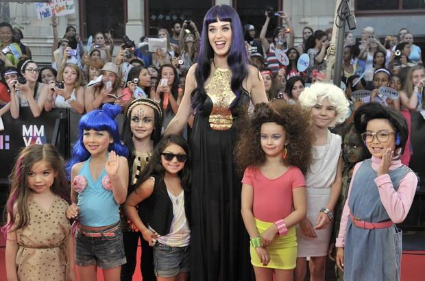 Katy Perry com crianças em prêmio de música no Canadá (Foto: Reuters/ Agência)
