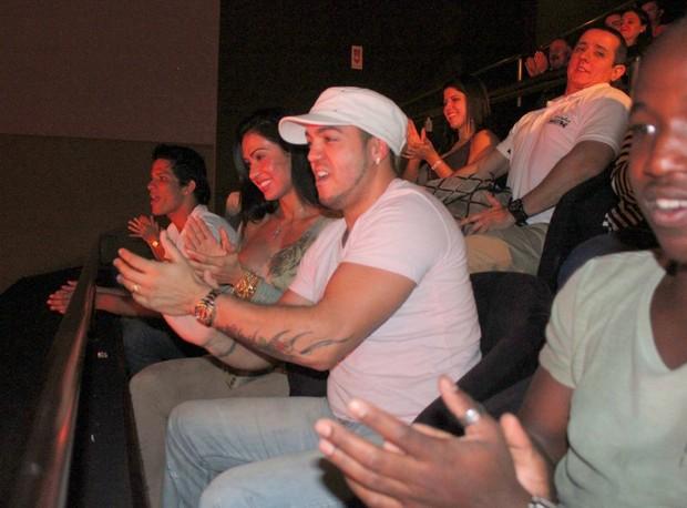 Belo e Gracyanne Barbosa prestigiam festival de humor no Rio (Foto: Fausto Candelária/AgNews)