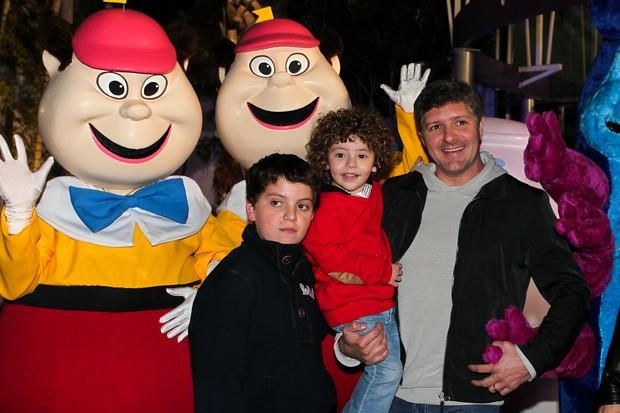 Fábio Villaverde com a mulher e os filhos (Foto: Manuela Scarpa/Photorio News)