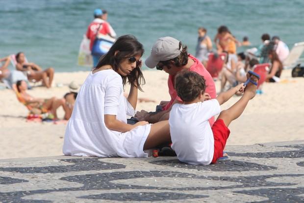 Bruno Mazzeo com o filho e uma amiga (Foto: Gil Rodrigues/ Photo Rio News)