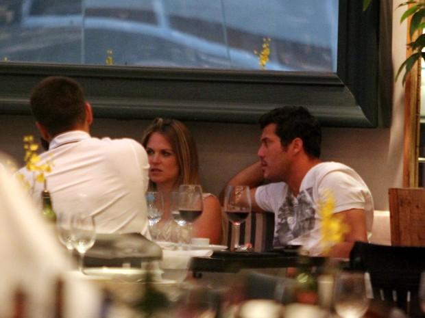 Susana Werner almoça com o marido, Julio Cesar, em shopping do Rio (Foto: Marcus Pavão / AgNews)