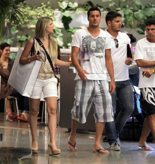 Susana Werner e Julio Cesar passeiam em shopping do Rio (Foto: Marcus Pavão / AgNews)