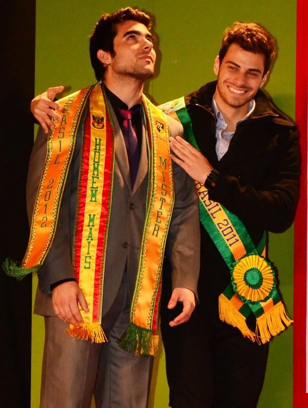 Willian Rech, novo Mister Brasil, recebe a faixa de Lucas Malvacini (Foto: Rafael Atz / Divulgação)