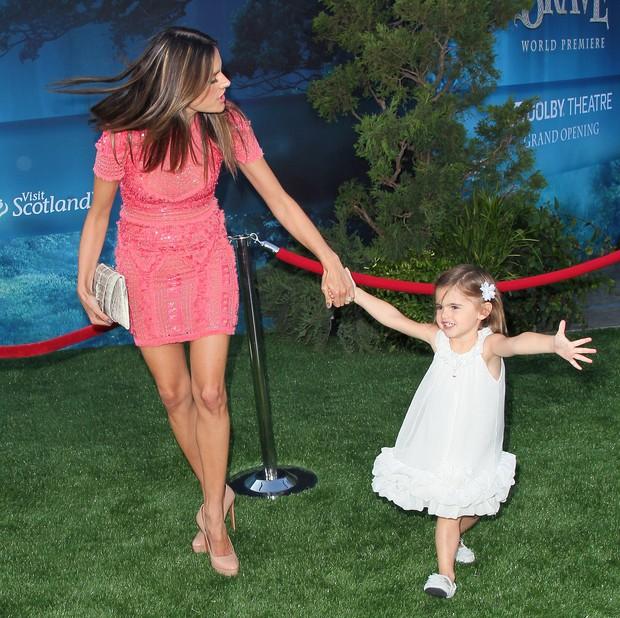 Alessandra Ambrósio com a filha Anja em première de filme em Los Angeles, nos Estados Unidos (Foto: Getty Images/ Agência)