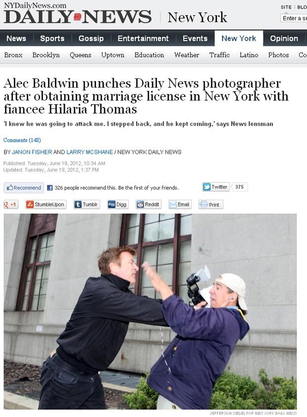 Alec Baldwin agride fotógrafo (Foto: Reprodução / NYDailyNews.com)