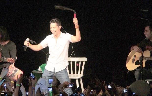 Christian Chávez ganha chicote sadomasoquista em show no Rio (Foto: Isac Luz/EGO)