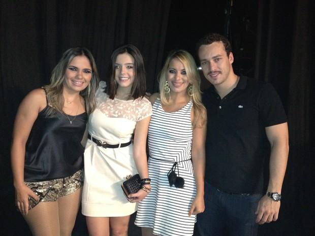 Giovanna Lancellotti e Rodrigo Andrade com Sâmya Maia e Walkyria Santos, vocalistas da banda Magníficos, em show no Recife (Foto: Divulgação)