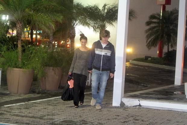 Isis Valverde passeia em shopping com o namorado (Foto: Delson Silva / Ag News)