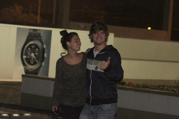 Isis Valverde passeia em shopping com o namorado (Foto: Marcos Ferreira / Photo Rio News)