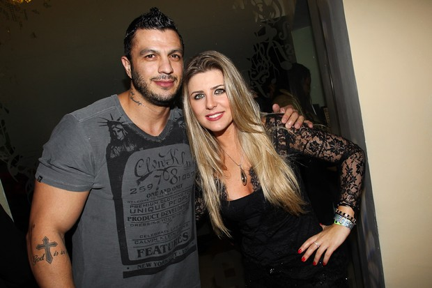 Ex-BBBs Kl&#233;ber Bambam e Iris Stefanelli em show de Thiaguinho em S&#227;o Paulo (Foto: Manuela Scarpa/ Foto Rio News)