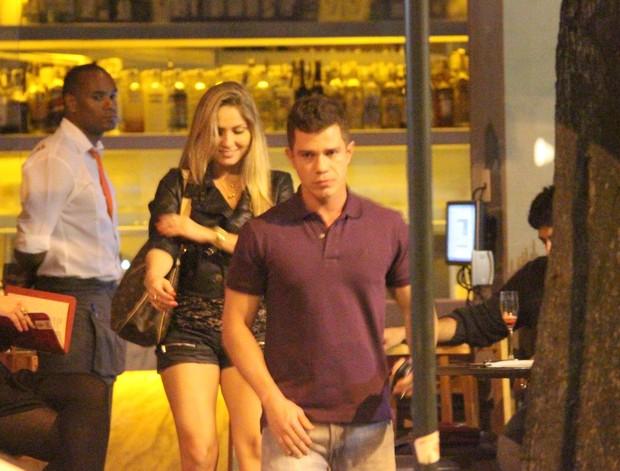 Ex-BBB Renata janta acompanhada em restaurante na Zona Sul do Rio (Foto: Fausto Candelária/ Ag. News)