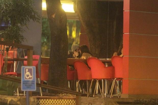 Alinne Moraes e o cineasta Mauro Lima deixam restaurante na Zona Oeste do Rio (Foto: Delson Silva/ Ag. News)