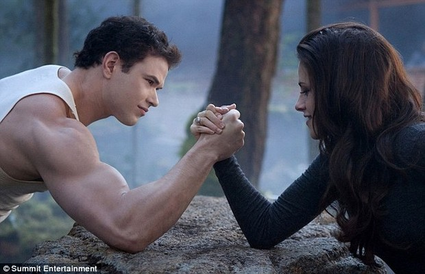 "Kristen Stewart e Kellan Lutz em cena de  ""Amanhecer-Parte 2"" (Foto: Divulga&#231;&#227;o)"