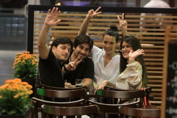 Camila Rodrigues com o namorado Roberto Costa e com amigos em shopping na Barra da Tijuca, Zona Oeste do Rio (Foto: Dilson Silva/ Ag. News)