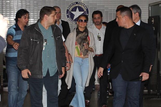 Jennifer Lopez desembarca no aeroporto de Guarulhos (Foto: Manuela Scarpa / Foto Rio News)