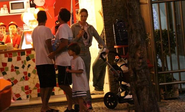 Luana Piovani vai com Pedro Scooby e Dom a sorveteria no Leblon (Foto: J. Humberto / AgNews)