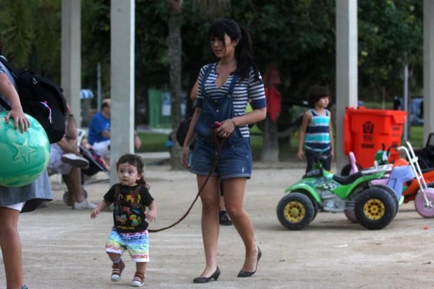 Daniele Suzuki passeia com o filho (Foto: Edson Teófilo / Foto Rio News)