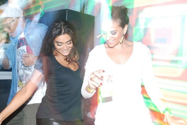 Juliana Paes dança com a irmã em boate do Rio (Foto: Myrele Symio / Divulgação)