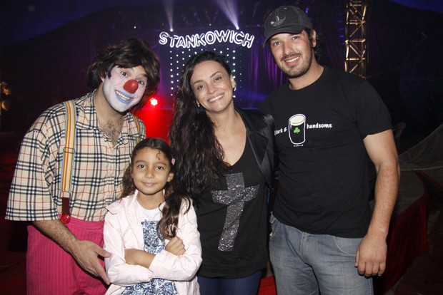 Suzan Pires vaio ao circo com a sobrinha e o namorado (Foto: Felipe Assump&#231;&#227;o/AgNews)