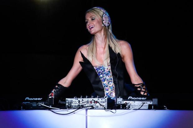Paris Hilton se apresenta como DJ e fecha festival de música (Foto: Manuela Scarpa/ Foto Rio News)