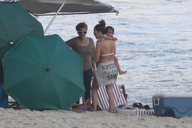 Jennifer Lopez na praia de Ipanema com os filhos e o namorado (Foto: Clayton Militão / Foto Rio News)