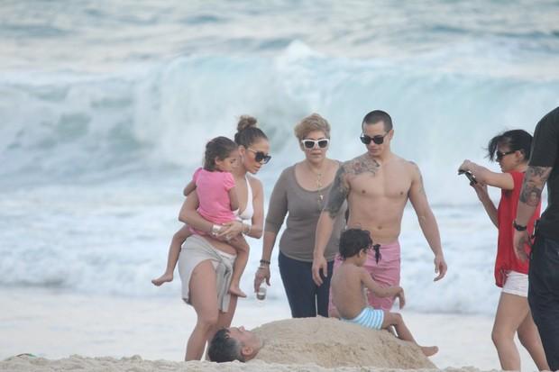 Jennifer Lopez na praia de Ipanema com os filhos e o namorado (Foto: AgNews)