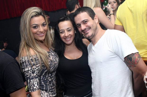 Os ex-BBBs Monique e Rafa com a promoter Gis de Oliveira em boate no Rio (Foto: Raphael Mesquita/ Divulgação)