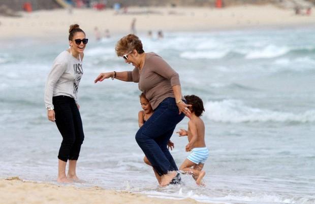Jennifer Lopez na praia de Ipanema com os filhos e o namorado (Foto: André Freitas / AgNews)