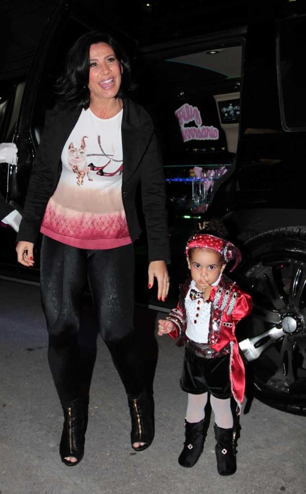 Scheila Carvalho chega com a filha Giulia para sua festinha de 2 anos (Foto: Orlando Oliveira / AgNews)