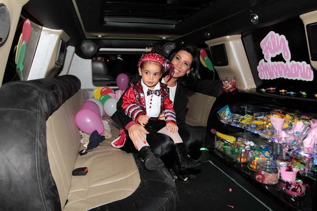 Scheila Carvalho com a filha Giulia na limousine (Foto: Orlando Oliveira / AgNews)