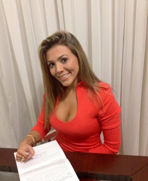 Ex-BBB Fabiana assina contrato com a revista 'Sexy' (Foto: Cacau Oliver/ Divulgação)