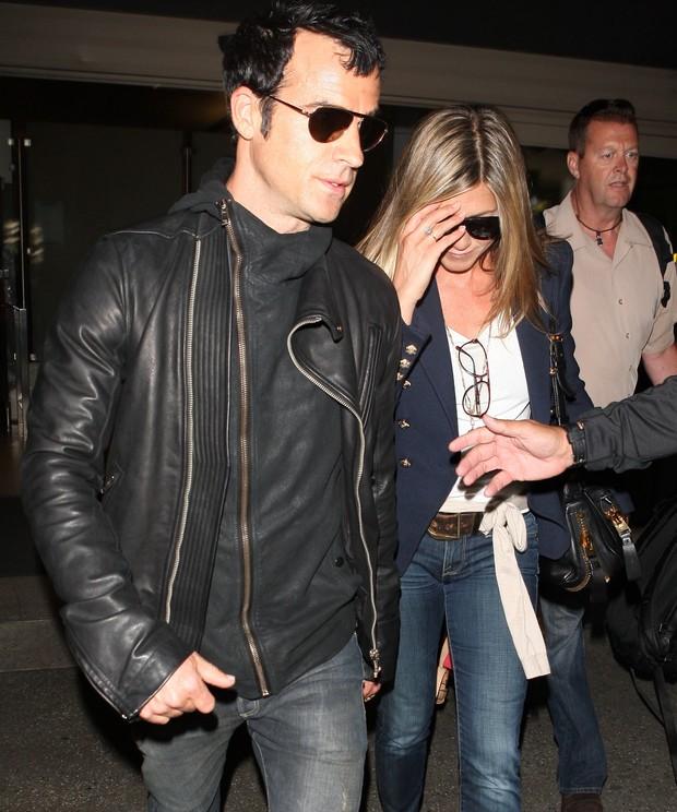Jennifer Aniston com o namorado Justin Theroux em aeroporto de Los Angeles, nos Estados Unidos (Foto: X17/ Agência)