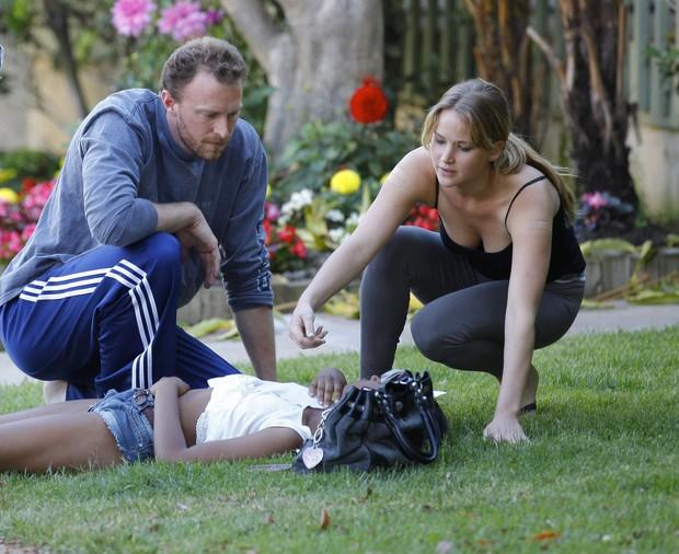 Jennifer Lawrence socorre menina que passou mal perto da sua casa em Santa Monica, na Califórnia (Foto: X17/ Agência)