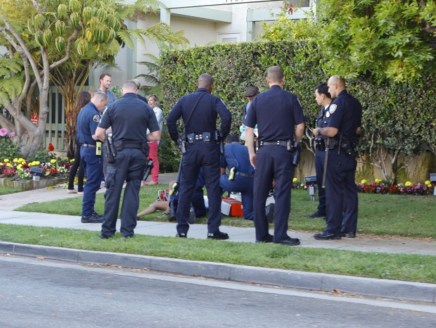 Polícia socorre menina que passou mal perto da casa de Jennifer Lawrence em Santa Monica, na Califórnia (Foto: X17/ Agência)