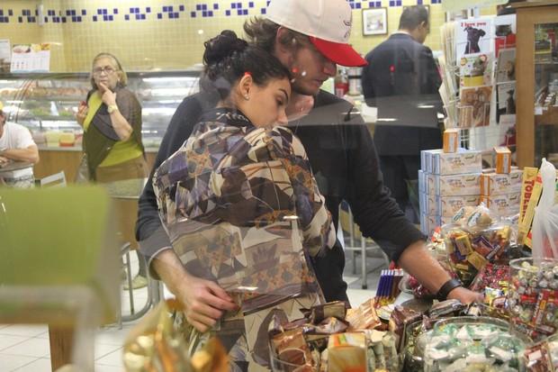 Isis Valverde em loja de conveniência com o namorado (Foto: Dilson Silva / AgNews)